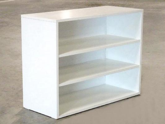 Pěkná  bílá  skříňka  s policemi.